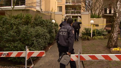 L'équipe d'enquête de la police de Vancouver visite l'édifice où a eu lieu l'attaque jeudi.