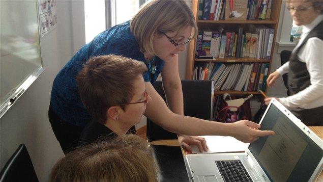 L'intervenante Nathalie Côté enseigne des notions de traitement de texte à une dame qui fréquente l'organisme Alpha-Témis.