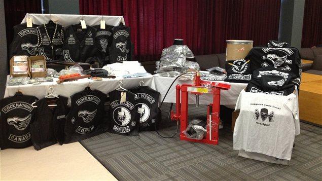 Des éléments saisis lors d'une frappe policière contre les Rock Machine au Manitoba sont exposés par la Gendarmerie royale du Canada, le 31 janvier 2013, à Winnipeg.
