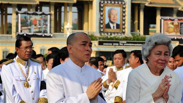 La reine Monique et son fils, le roi Norodom Sihamoni, suivent le cercueil du défunt dans le recueillement.