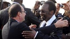 Le pr�sident fran�ais Fran�ois Hollande accueilli � son arriv�e au Mali par le pr�sident par int�rim du Mali, Dioncounda Traor�