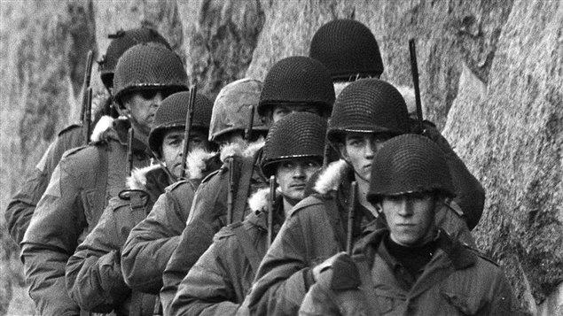Soldats le long d'un mur du Quartier général de la SQ pendant la crise d'Octobre  | © Presse Canadienne