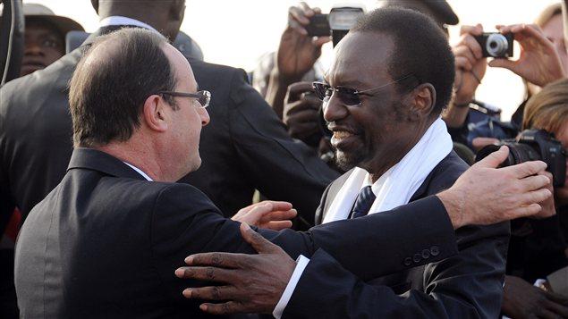 Le président français François Hollande accueilli à son arrivée au Mali par le président par intérim du Mali, Dioncounda Traoré