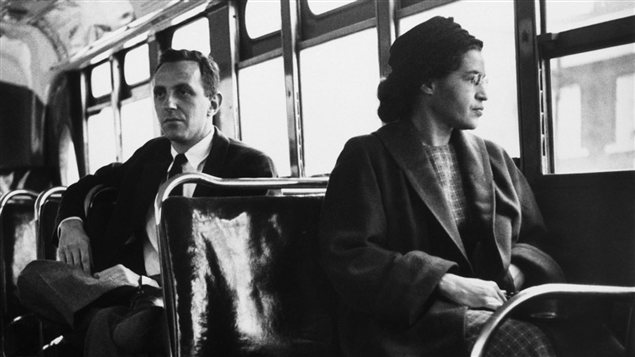 <b>Rosa Parks photographiée en décembre 1956, une fois le boycottage des autobus terminé.</b> | <em>New York World-Telegram</em> et collection Sun
