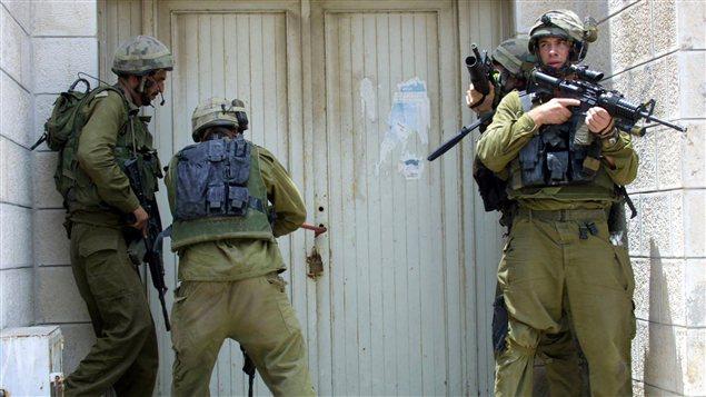 Des soldats israéliens lors d'une opération à Naplouse en 2004
