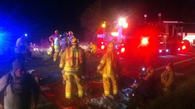 Des secouristes aident des blessés de l'accident d'autobus, dimanche soir, sur une autoroute proche de Forest Falls, en Californie.