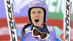 La Slovène Tina Maze réagit à la chute de l'Américaine Lindsey Vonn pendant le super-G de Schladming, en Autriche.