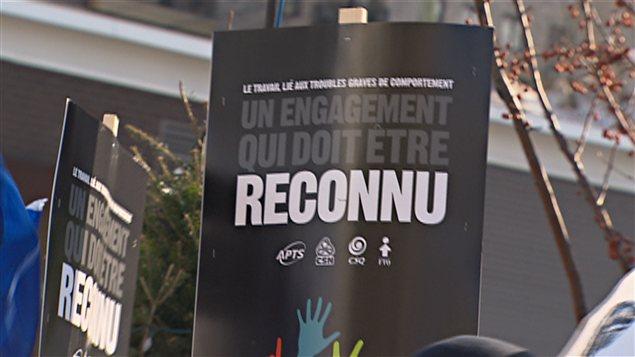 Une pancarte lors d'une manifestation de travailleurs qui oeuvrent auprès de clientèles souffrant de troubles importants du comportement.
