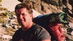 Le Dr Roger Morrison, a été trouvé mort dans sa maison de Revelstoke en Colombie-Britannique, en novembre 2012. Son frère John ne croit pas qu'il s'est suicidé comme l'ont conclu le coroner et la police.