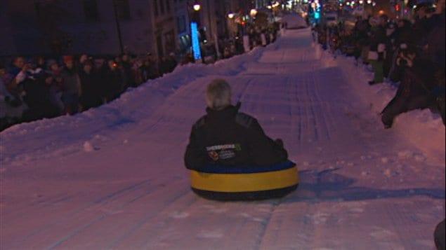 Le maire de Sherbrooke, Bernard Sévigny, profite de la glissade du Carnaval de Sherbrooke.
