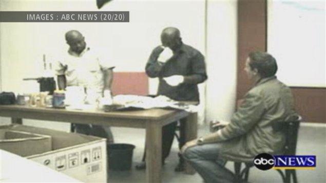 Les fraudeurs sont deux hommes d'origine africaine.