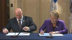 La signature de l'accord a eu lieu en présence de la première ministre Pauline Marois et du Grand Chef de la nation huronne-wendat, Konrad Sioui.