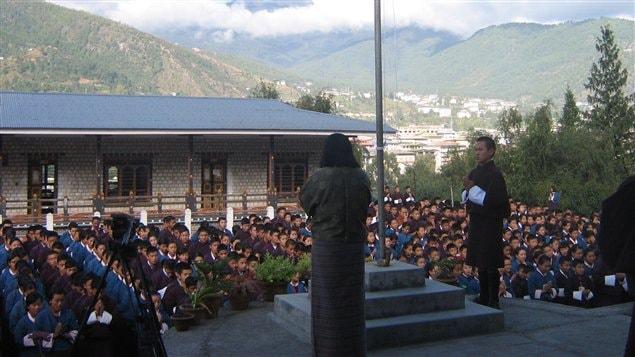Séance de méditation quotidienne pour les élèves du Bhoutan. Selon le bonheur national brut, le bien-être spirituel et émotionnel est aussi important que la richesse matérielle.