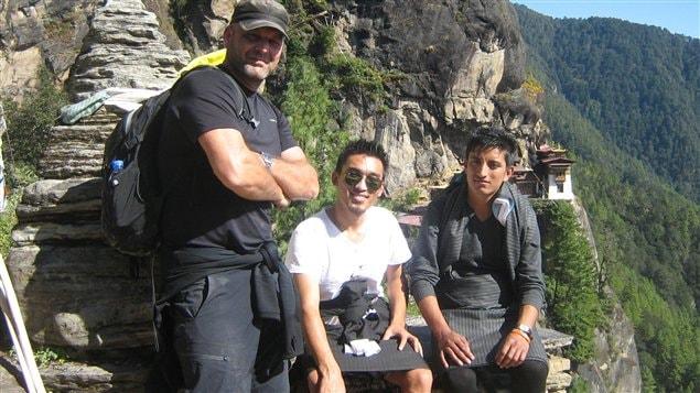 Le caméraman Sylvain Castonguay avec notre chauffeur et notre guide, Younten Phuntsho