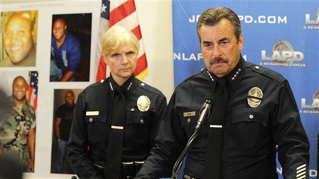 Le chef de police de Los Angeles Charlie Beck se tient à côté de photographies du suspect, Christopher Dorner, qui est toujours au large