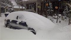 Une voiture recouverte de neige dans l'est de Toronto.