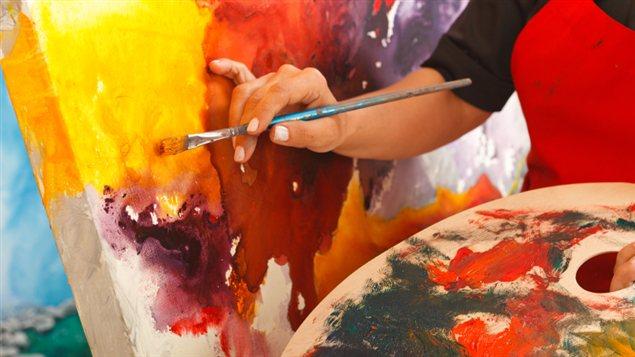 Une femme peint