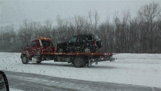 Une voiture remorquée près de Boisbriand
