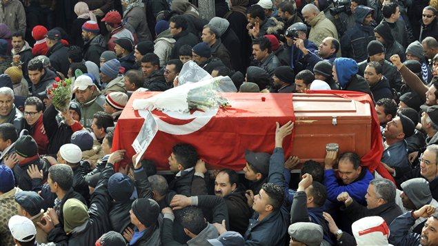 Le cercueil de Chokri Belaïd, porté par la foule.