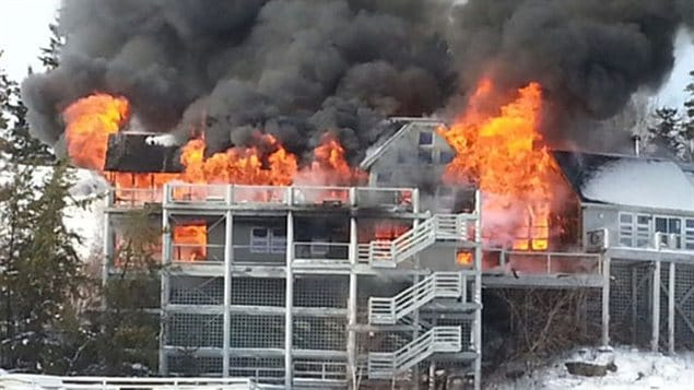 Un incendie a ravag un ensemble de chalets dans prs de Clearwater Bay dans le secteur du lac des Bois.