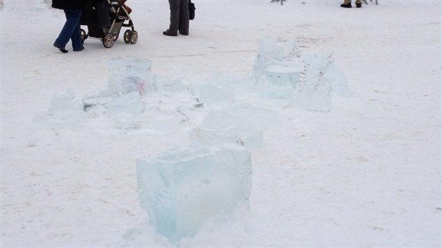 Des morceaux de sculptures de glace gisent au sol