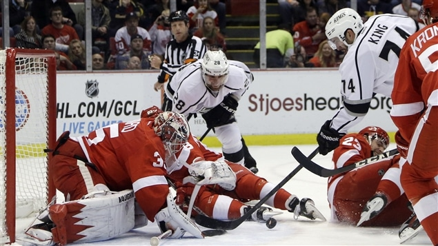 Les Kings tentent de déjouer Jimmy Howard des Red Wings de Détroit.
