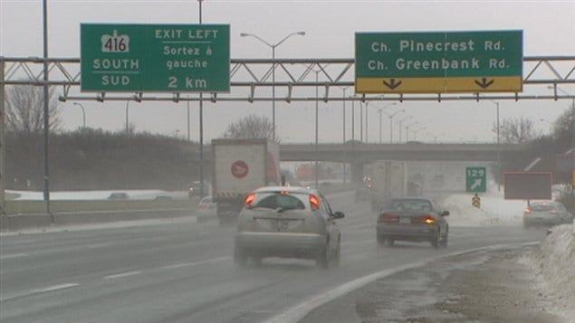 Les jeunes ont lancé la glace du haut du viaduc de la sortie Pinecrest/Greenbank à Ottawa.