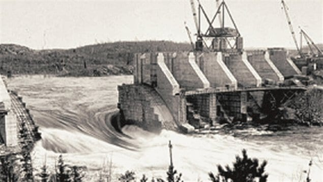 Construction du barrage de L'Isle-Maligne prs d'Alma, Qubec, en 1924 /  Adqproductions, Wikipdia