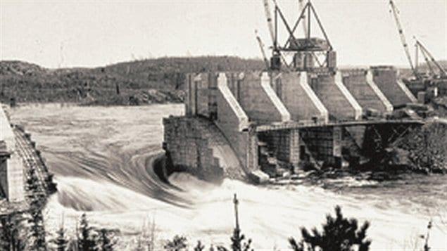 Construction du barrage de L'Isle-Maligne près d'Alma, Québec, en 1924 / © Adqproductions, Wikipédia