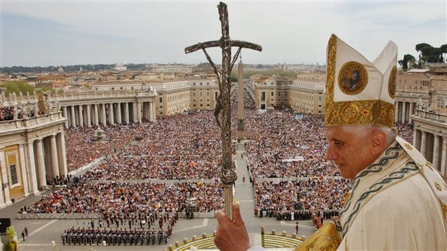 Le pape Benoît XVI lors de sa bénédiction Urbi et Orbi, place Saint-Pierre, en 2006.