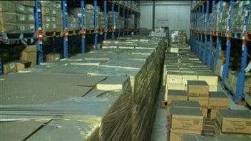 Une couche de poussière a recouvert les boîtes qui contiennent quelque 3,5 millions de dollars en fromage de vieillissement.