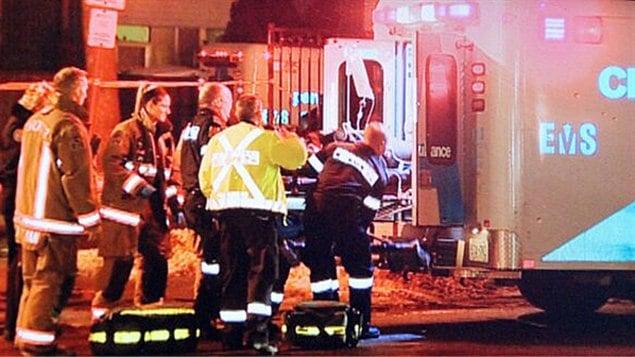Les ambulanciers interviennent à la suite d'une fusillade près du 40 Turf Grassways dans le nord-ouest de Toronto