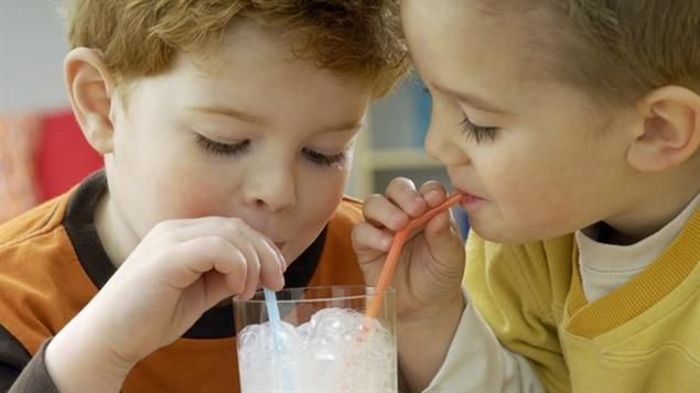 Enfants buvant du lait