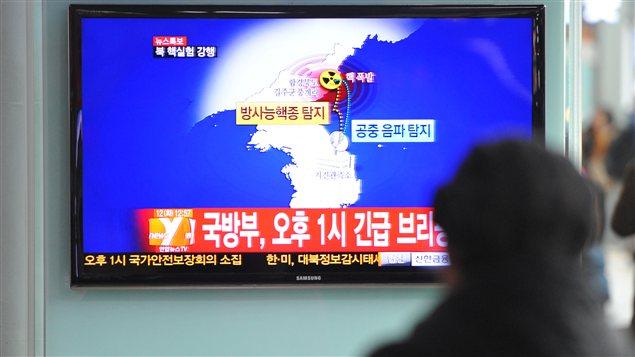 Des passagers regardent la télévision annonçant l'essai nucléaire nord-coréen dans une gare de la capitale sud-coréenne Séoul.
