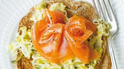 Crêpes de sarrasin au saumon fumé et aux poireaux