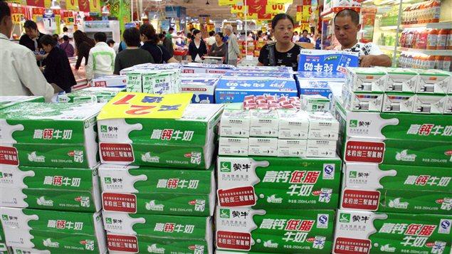 Des Chinois examinent des boîtes de lait en poudre dans un supermarché de Nanjing en septembre 2008, tout de suite après l'éclatement du scandale du lait contaminé.