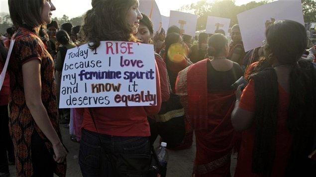 Des indiennes manifestent à Kolkata en Saskatchewan.