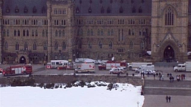 Les équipes d'urgence se sont rendus sur la colline du Parlement, à Ottawa.
