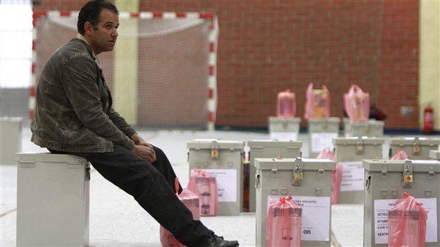 Un Chypriote attend pour débuter son travail dans un bureau de vote de la capitale Nicosie.