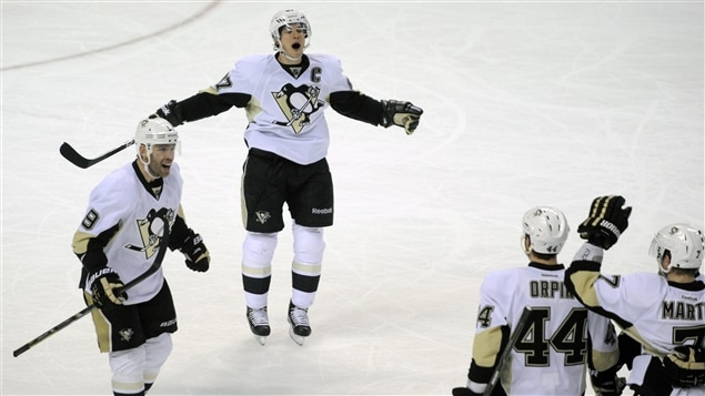 Les Penguins de Pittsburgh célèbrent le but du défenseur Paul Martin.