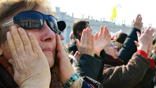 La foule écoute le pape Benoît XVI célébrer son avant-dernier angélus.