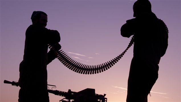Soldados examinan sus municiones.