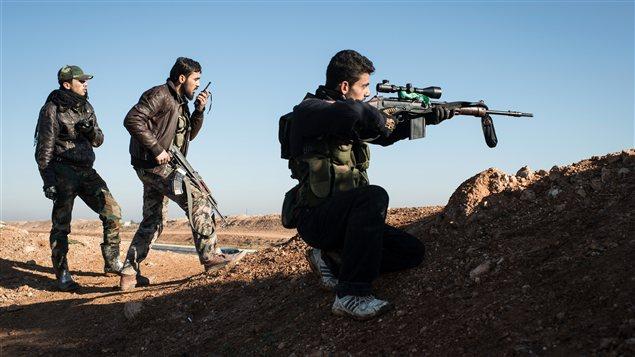 Des rebelles tiennent leur position à une trentaine de kilomètres au nord d'Alep.