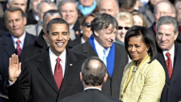 Barack Obama pr�te serment le 20 janvier 2009 devenant ainsi le 44e pr�sident des �tats-Unis. / � Sgt. Cecilio Ricardo, U.S. Air Force, Wikip�dia