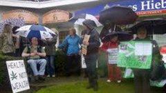 Manifestation devant les bureaux du député Hiebert