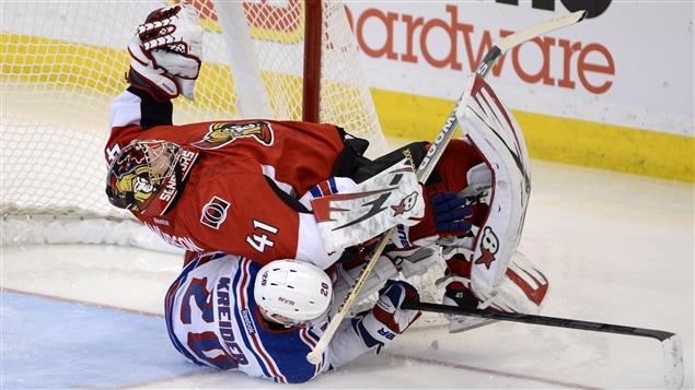 Craig Anderson des Snateurs d&#39;Ottawa est renvers par Chris Kreider.
