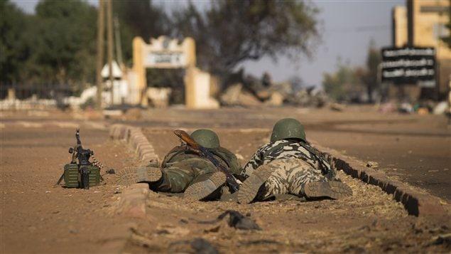 Des soldats maliens au sol dans le centre de Gao