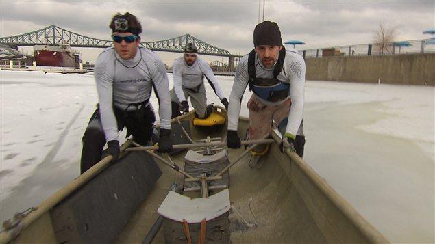 Course de canot à glace, au Vieux-Port de Montréal