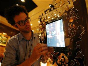Ce que Twitter appelle un « Miroir magique » prendra des photos, à l'image d'un photomaton, des célébrités dans les coulisses des Oscars et les enverra sur le compte Twitter officiel de l'Académie.