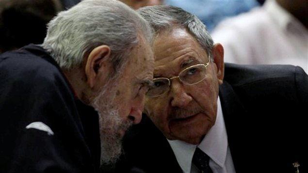 Le président cubain Raul Castro (à droite) et l'ex-président Fidel Castro (à gauche) assistent à la séance d'ouverture de la nouvelle Assemblée nationale cubaine, le 24 février.